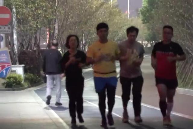 谁来管管电动车 杭州最美跑道频频遭遇危险骑士