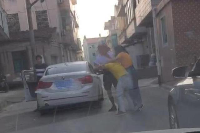 浙小情侣因开车慢当街打奥迪司机 一拳打断对方鼻骨