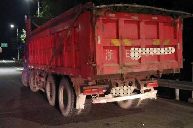 浙江1高速路上散落碎石 剛買的奔馳車被砸中保險杠