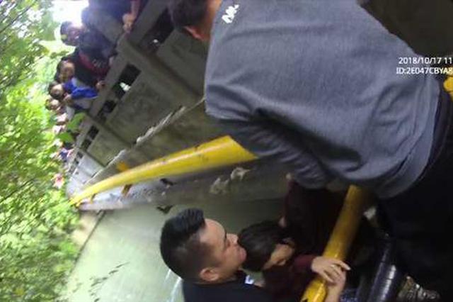 杭州1女子跳河男友急死不敢下河 多亏民警及时赶到