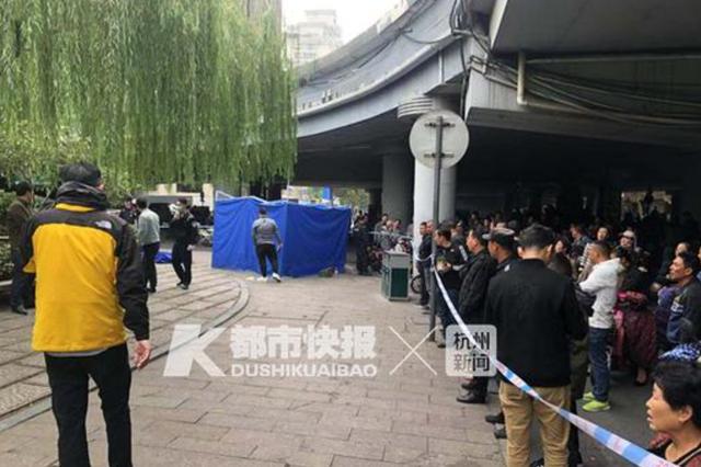 杭州红会医院对面贴沙河漂浮一具男尸 警方正在调查