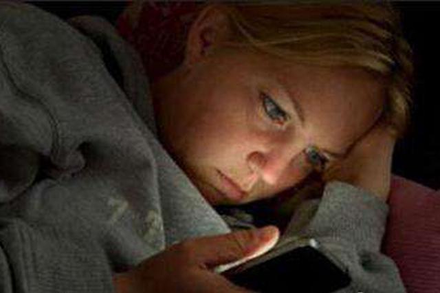 每晚关灯后盯着手机看小说 杭女高管左眼突然看不清