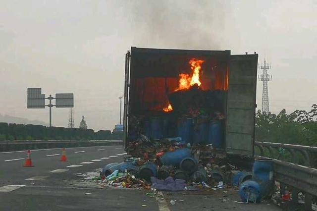 半掛車在浙江一高速上自燃 車上百萬貨物被毀(圖)