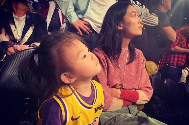 陈冠希一家三口看球赛 秦舒培与女儿亲亲举高高超有爱