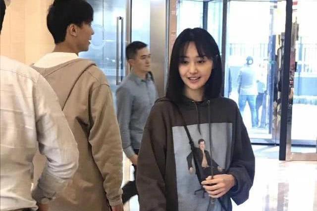 网友偶遇素颜郑爽 与路人玩自拍吐舌卖萌很亲和