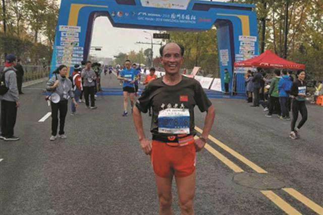 7旬大爷1小时40分跑完半程马拉松:还望多跑几年杭马