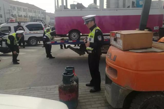 宁波夫妻花3万把车子改成川菜馆 几天后被交警查获