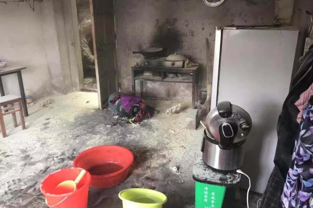 煤气罐起火还在漏气 台州民警用手搬出滚烫的瓶身