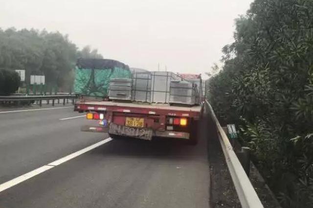 车子在浙高速上出故障 司机摘树枝挥舞警告后方车辆