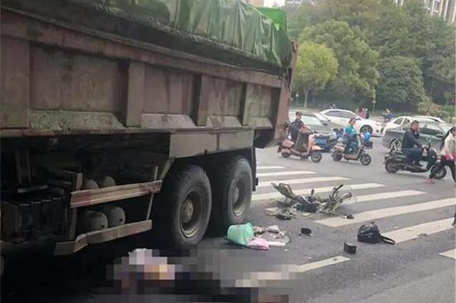 杭州一大货车撞上电动车 骑车女子抢救无效死亡(图)