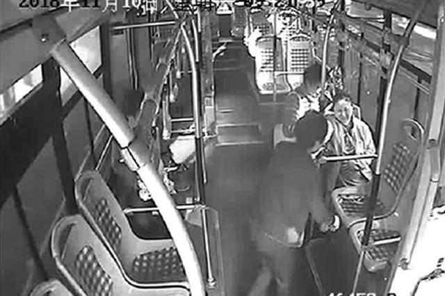 浙1孕妇羊水破了大风中打不到车 公交车改道成救护车