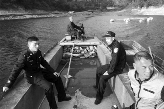 宁波夫妻俩水库游玩迷路 派出所民警划着船救出他们