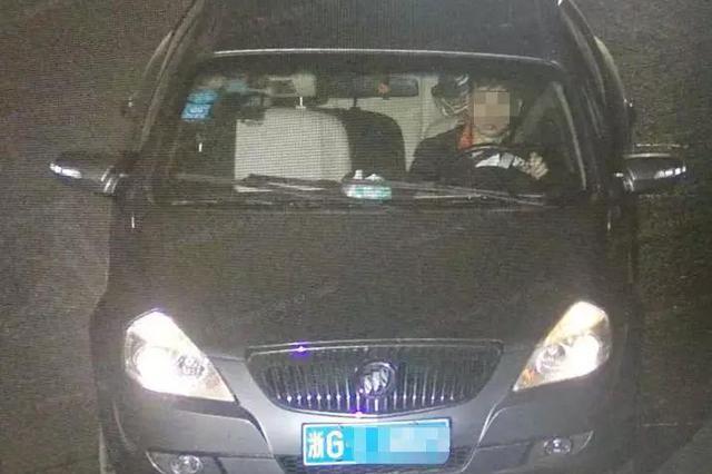 浙男子将车停在应急车道 步行下高速慌称被客车甩客