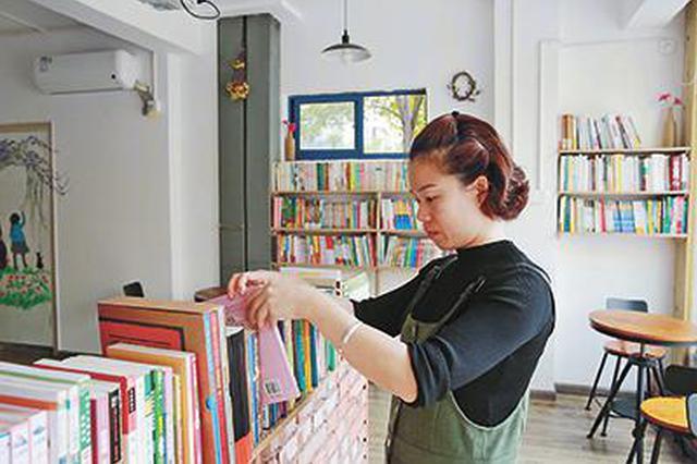 不办卡不收费 浙江女教师家门口办起公益图书室