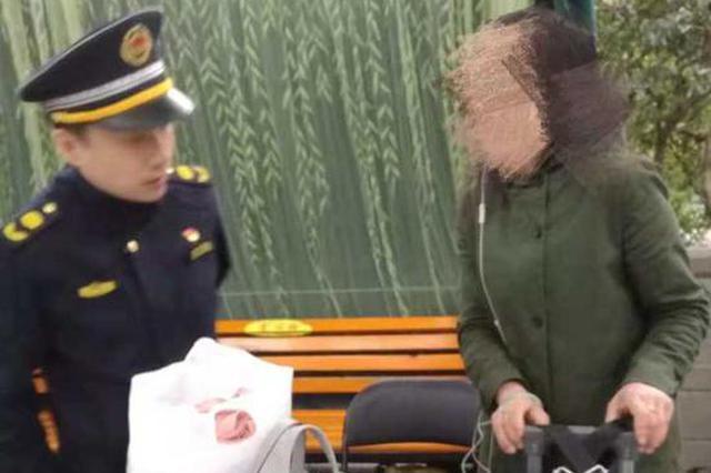 杭州女游客嫌行李重一扔就去游西湖:我就知道不会丢