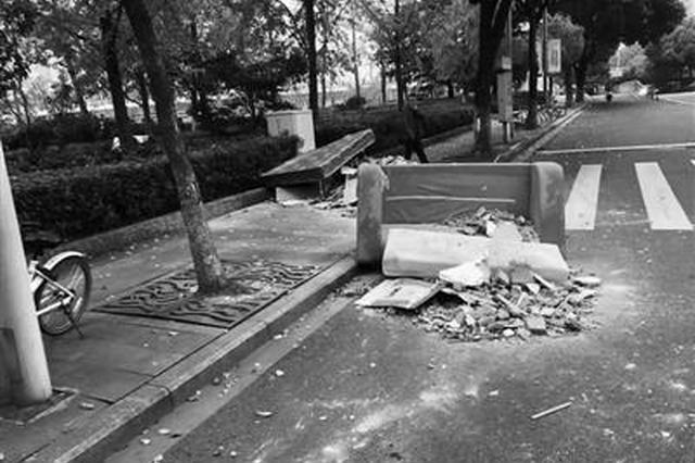 宁波马路上有两堆装潢垃圾 城管:一旦查实必将严惩
