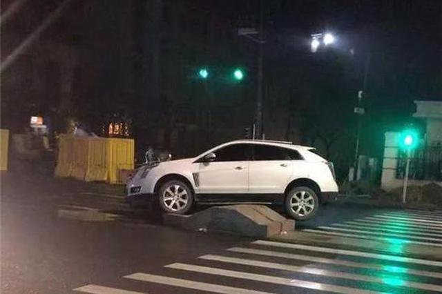 杭州萧山街头一个水泥墩成新晋网红 不少车子中招
