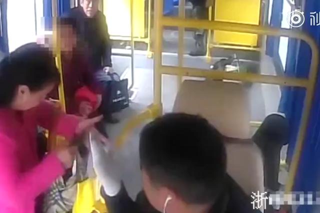 与公交司机发生口角 杭州大妈抢夺方向盘被拘