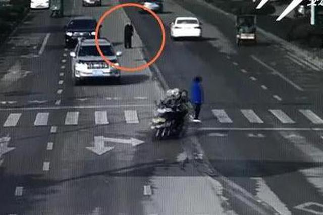 金华一男司机主动停车 搀扶步履蹒跚的老人过马路