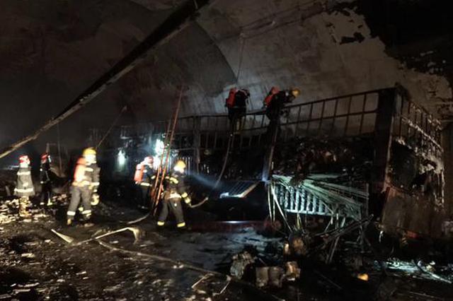 金华一货车在高速隧道内起火 现场仍在抢通当中