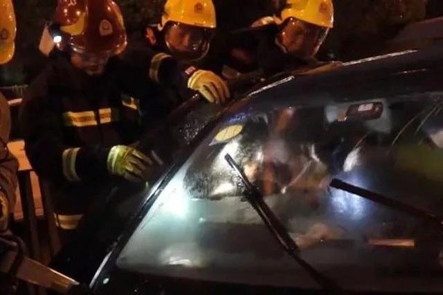 宁波男子酒驾撞上公交车拔腿就跑 1人被卡在公交车内