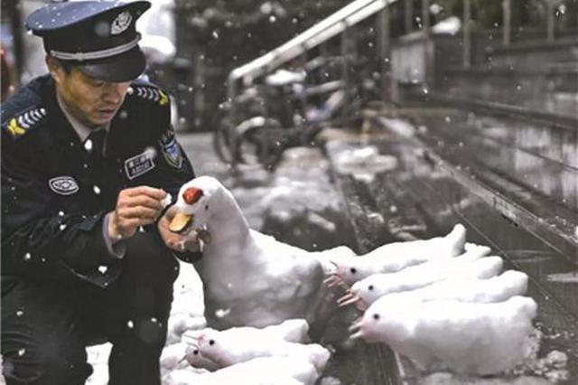 杭州一位保安堆雪人成名 连续8年每年都有新作品