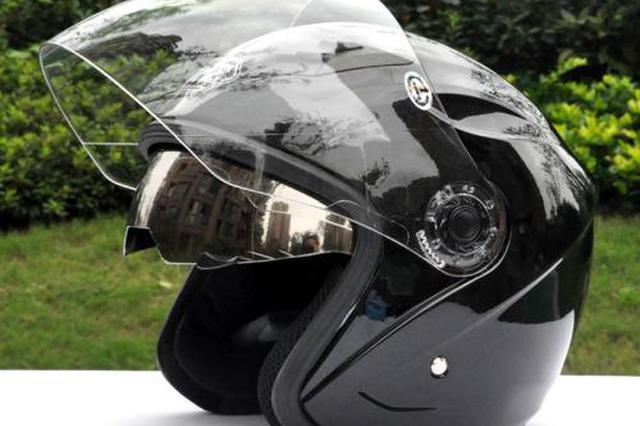 宁波一男子骑电动车被撞飞 戴了安全头盔无大碍