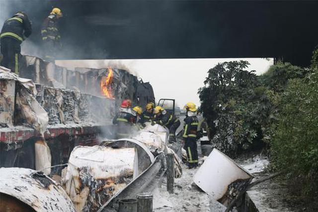 杭金衢高速一辆半挂车突发大火 特勤消防火速救援