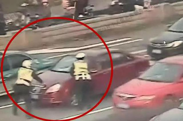 杭州一女子暴力抗法 还称交警抢走了自己的奔驰车
