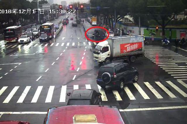 遇检逃跑且拖行执勤交警近4米 嘉兴三轮电动车主被拘