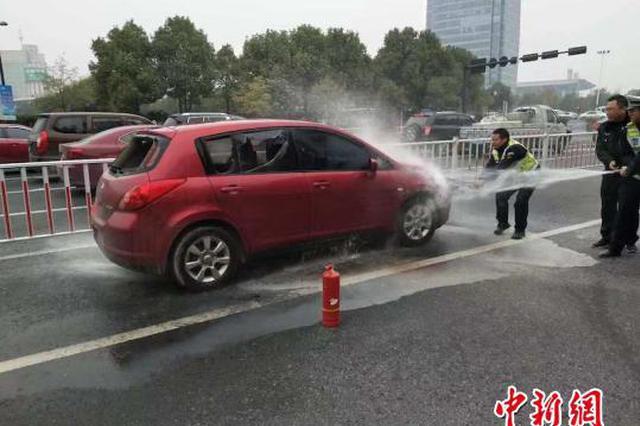 轿车追尾后自燃 浙巡逻路过交警果断砸窗救出昏迷司机