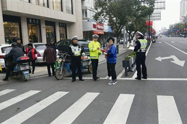 浙江象山民警在冷风中工作 热心市民送来一杯杯热姜茶