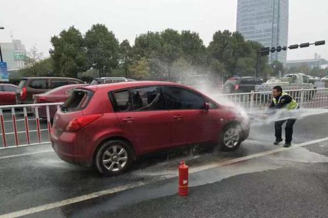 金华轿车追尾后自燃 交警砸窗救出司机