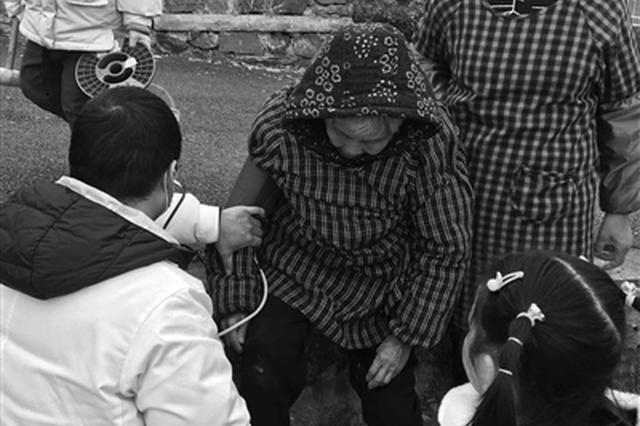 宁波一名八旬阿婆突然晕倒 医生急忙路边施救