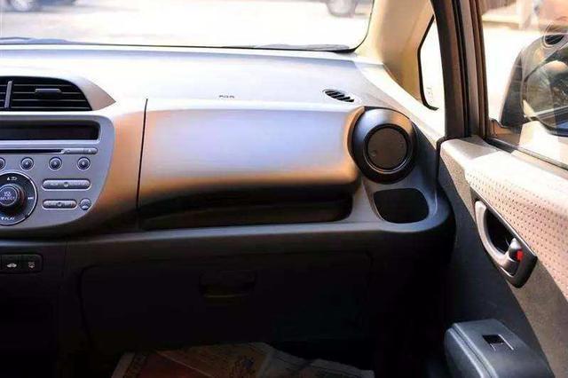 浙高速副驾乘客玩手机 反射光刺激司机眼睛遭车祸