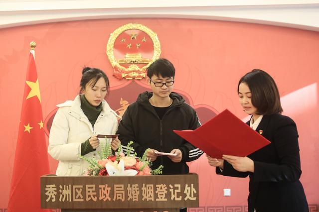 嘉兴特邀中国好人 为新人颁发结婚证书