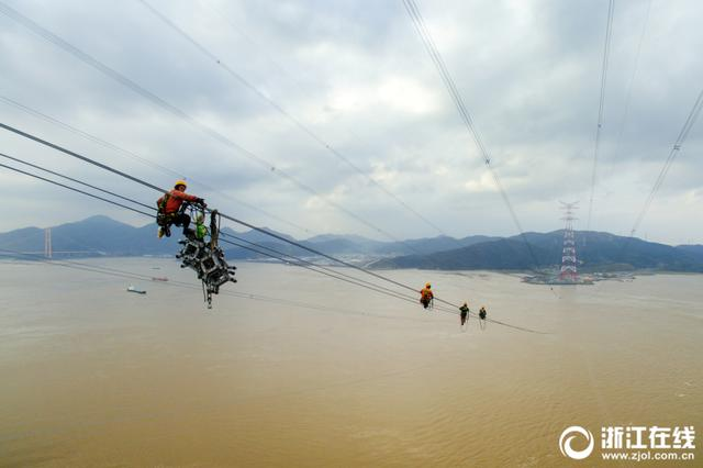 浙江舟山电力工人 跃动在百米海空上的音符