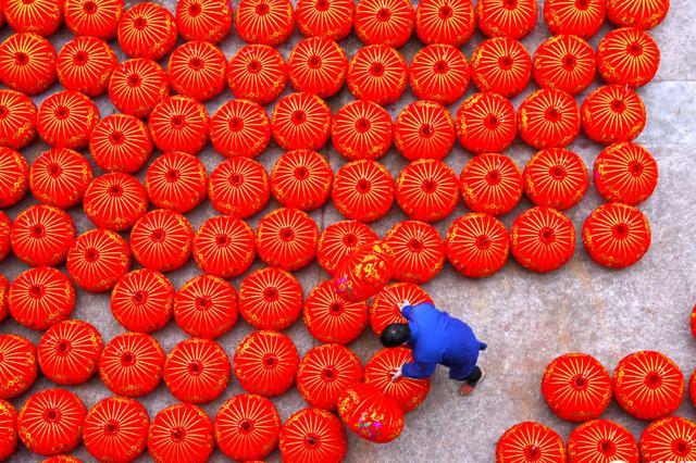 台州仙居赶制大红灯笼 迎接农历新年