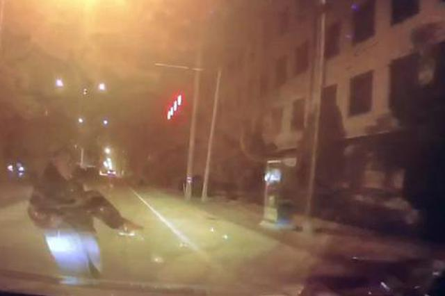 碰瓷党年底冲业绩 义乌1男子小跑冲向车被撞飞两米远