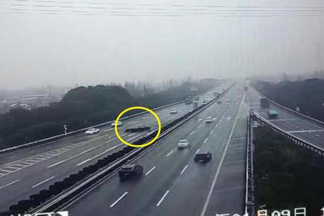 杭州一辆奔驰车高速上打转五圈 驾驶员却毫发无损