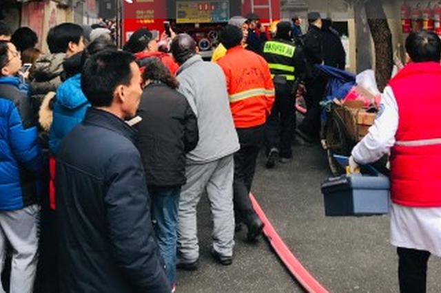 杭州闹市文二新村发生火灾 居民爬空调外机逃生(图)