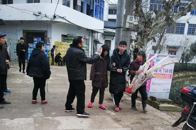 衢州一汽车冲进水塘 村民救起落水人员