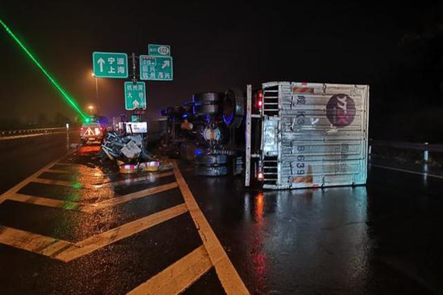 G15沈海高速一辆运送快递货车翻车 所幸无人员伤亡