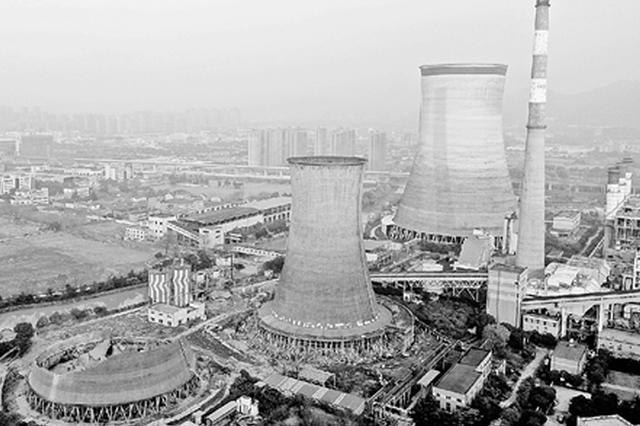 杭州半山电厂5座冷却塔陆续拆除 90米高塔第一个倒下