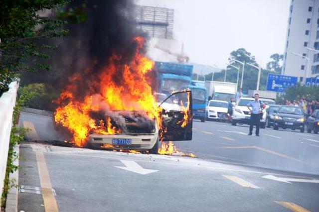 路上车子突然自燃 杭州消防队及时救援