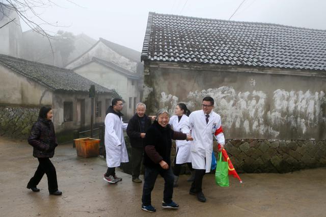 宁波奉化山区送医上门实现零跑腿 精准健康扶贫