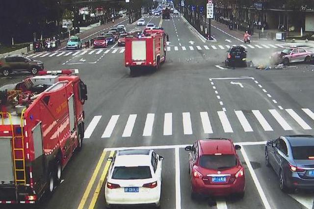 消防车拉警报疾驰 嘉兴1奔驰车路口不避让致4车相撞