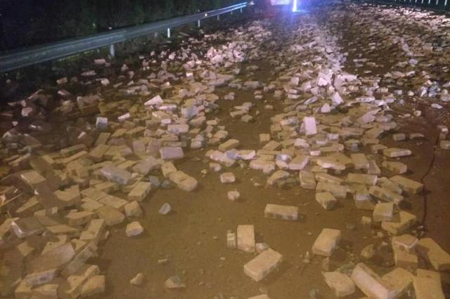 因为捆扎不牢 台州高速上七八千块砖头洒落一地