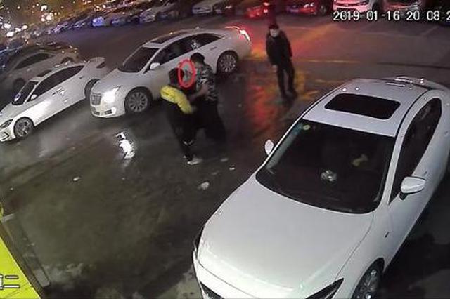 杭州汽修店的一位老板哼了一声 离职员工提刀上门