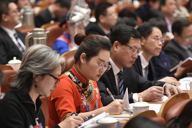 省政协委员认真听取政协常委会工作报告